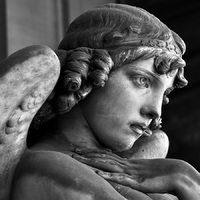 Angel_statue_in_Staglieno